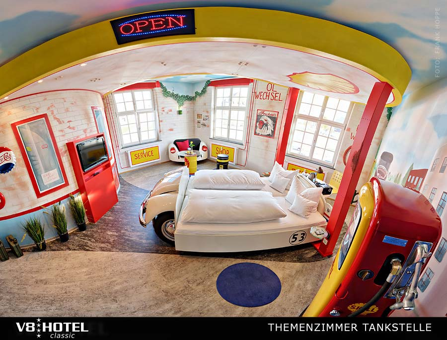 v8 herbie an der tankstelle themenzimmer v8 hotel. Black Bedroom Furniture Sets. Home Design Ideas